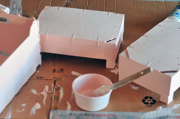 Manualidades usando cajas de madera decora una caja de fruta